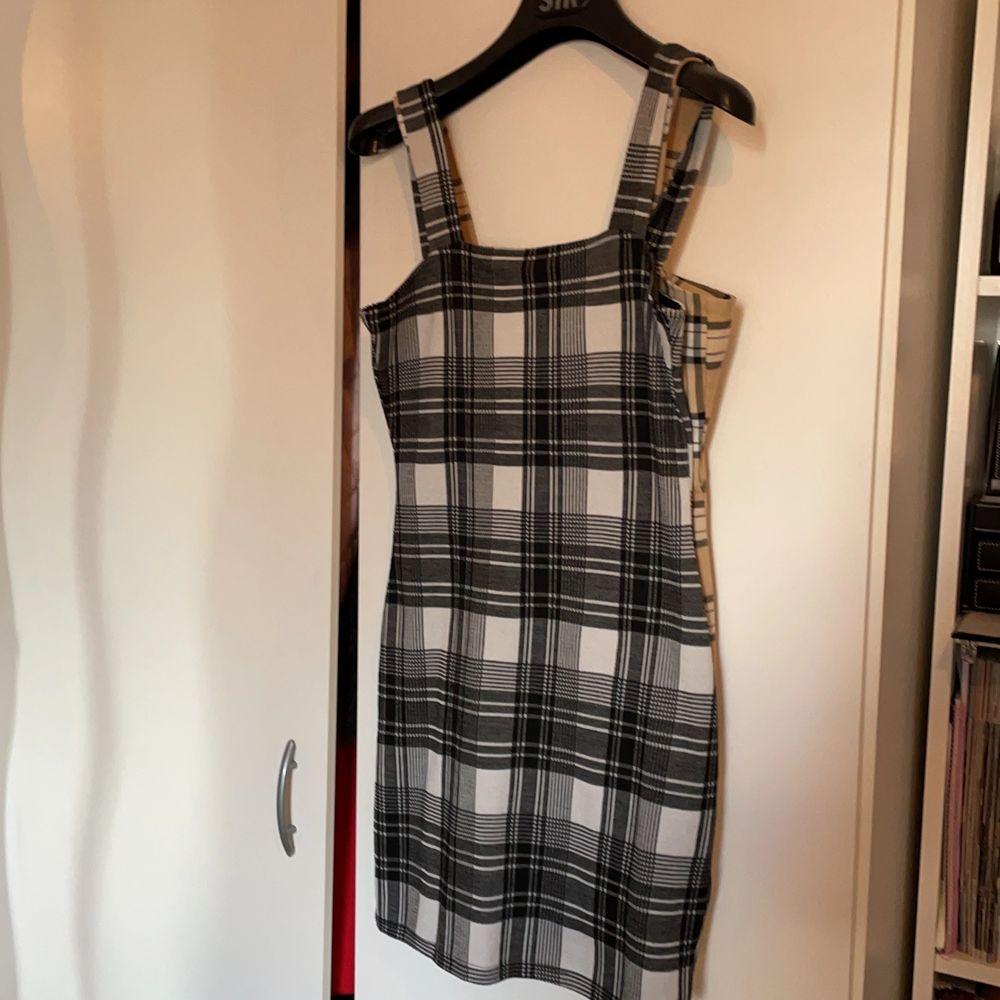 2 rutiga klänningar. Super fina till sommaren. 90kr/styck elr 150kr för båda 👍🏼. Klänningar.