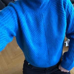Jävligt snygg blå stickad tröja från weekday i storlek Small, den är lite kroppad och passar hur bra som helst. Man kan liksom va gosig och samtidigt uppklädd 🥵 sticks inte alls och nästan oanvänd🥰
