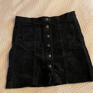 Corduroy kjol från Brandy Melville. Använd fåtal gånger. Köparen står för frakt 📦 Skick: 10/10