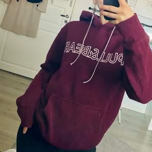 Vinröd hoodie från PULL&BEAR. 2:a bilden beskriver färgen bäst. Sparsamt använd. Herrstorlek S🖤