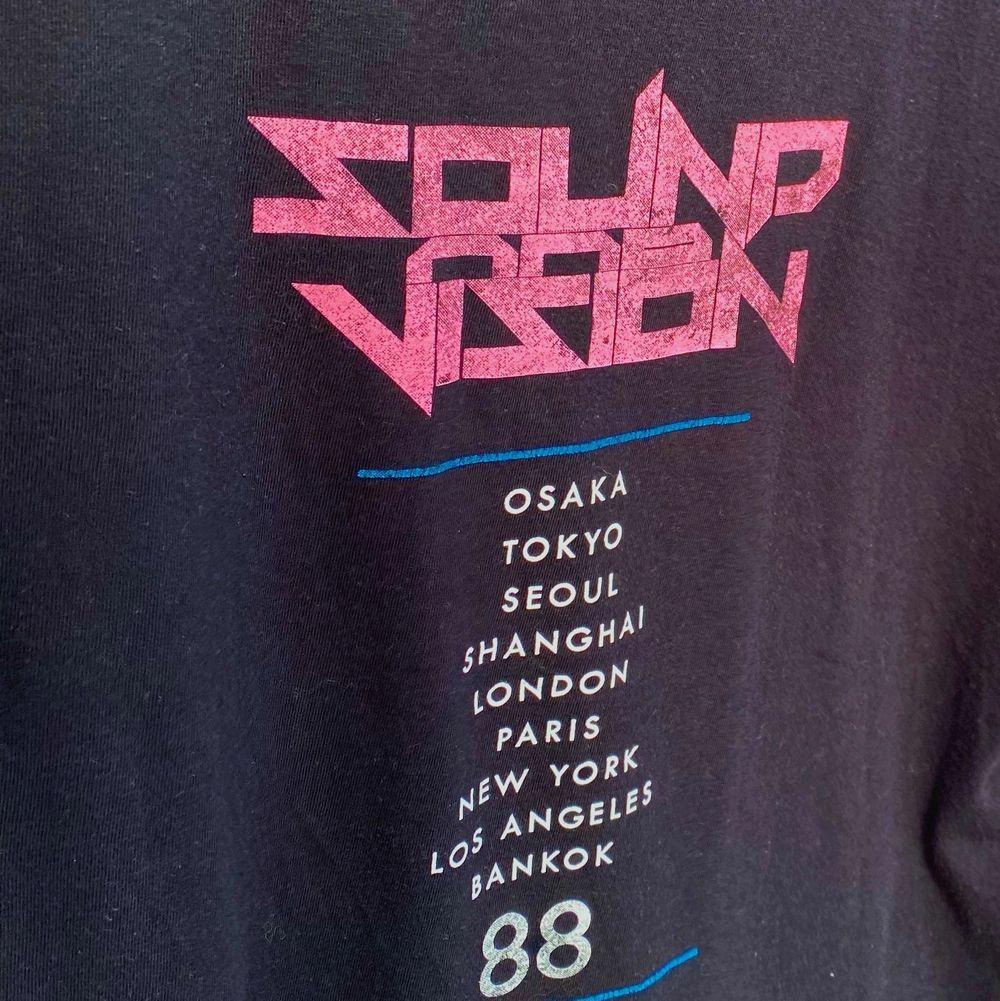 Sjukt cool tröja från stay🌺köparen står för frakten. Tröjor & Koftor.