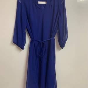 Vacker blå klänning (sparsamt använd) fraktas eller mötts upp i sthlm