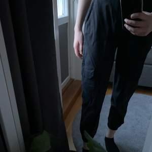 Svarta cargobyxor med fickor och resår längst ner, från Pull&Bear. Säljer då dem blivit lite korta för mig som är 177 cm. Mycket gott skick då de knappt är använda! Strl M. Köpta för 300 kr, säljer för 100kr. Köparen står för frakt! 🌺