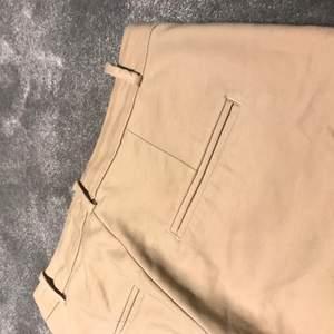 Beigea kostymbyxor med rak passform ifrån ZARA. De har en ankellängd med en liten slits där nere. Använda max 3 gånger, i bra skick. Storlek 36 och stretch i byxorna. Köparen står för frakten