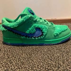 Säljer ett par UA Nike grateful dead i strl us 11. Skorna har extra skosnören och en originalbox. Skick 9/10.