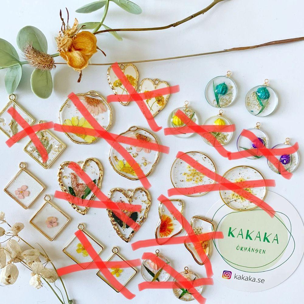 handgjorda torkade blommorörhängen, prisklass: 65-95kr per par, när du köper mer än ett par får du rabatt :) nickelfria krokar.‼️ 🚀följ min Instagram för 2kr rabatt 🎉 @kakaka.se . Accessoarer.