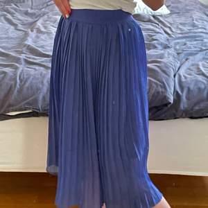 Jättegullig blå plisseradkjol från NA-KD. Passar perfekt t sommaren och har en jättefin blå färg. Endast använd 3-6 gånger. Lappen är avklippta så kan inte se storleken men är ganska säker på att den är i 36