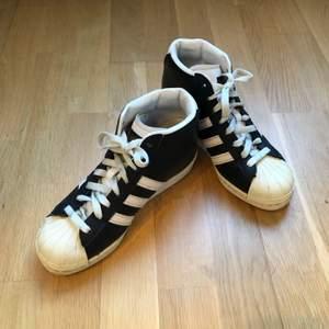 """Snygga sneakers från Adidas med en liten platåklack. Skorna är använda men fortfarande i fint skick. Perfekta som vanliga sneakers fast med lite """"edge"""" iom den lilla klacken. Storleken är 36 2/3 men funkar även om man har 36."""