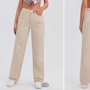 Beige raka jeans i strl XS men passar S/M mer!!! Skulle säga byxorna är storlek 34/36. De är långa i benen! Hon på bilden är 156cm. 200kr+ frakt