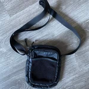 Crossbody väska från Weekday. Använd men i ett superbra skick. Säljer pga har för många liknande. FRAKT ÄR INKLUDERAT I PRISET⚡️⚡️