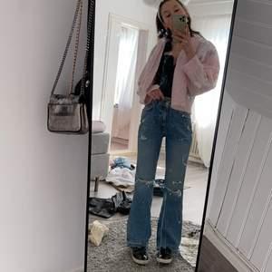 Sjukt snygga jeans säljes då dom är för stora tyvärr! Helt oanvända, storlek 38 men sitter mer som en 36. Köparen står för frakt på 66 kr😊