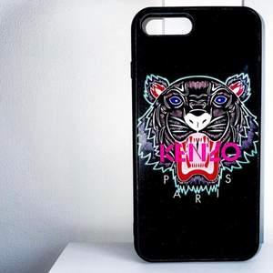 KENZO iPhoneskal 8 plus. Snyggt, bekvämt och bra kvalité. Rekomenderar. Säljer på grund av att jag har bytt mobil