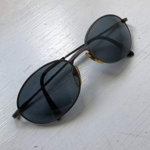 Coola solglasögon med äkta 90s-känsla. Helt ok skick med en del repor, säljes därför billigt. Priset är inkl frakt.