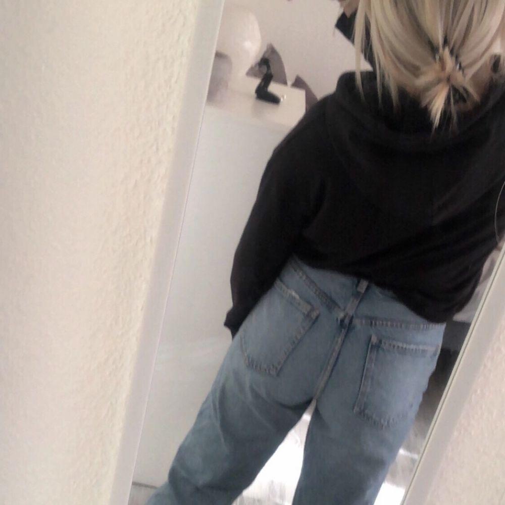 Fruktansvärt snygga blåa jeans ifrån Zara🤍 Säljer för att de aldrig har kommit till användning! Jeansen är högmidjade och går inåt nere vid foten. . Jeans & Byxor.