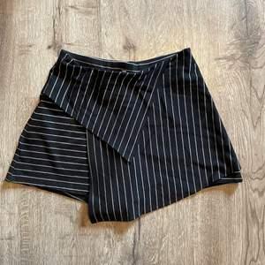 Kjol framtill men shorts under och baktill. Sååå skön på. Som mjukisshorts fast fin som en kjol! Använd ca 2-3 gånger. Fraktavgift tillkommer. Skicka privat meddelande om du har några frågor💕