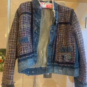 Tweed/jeans jacka från Desigual. Knappt använd storlek S