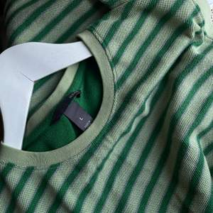 En topp/väst/linne, kan vara lite vad du vill. Jätteskön och jäkligt snygg. Strl L men jag har använt den lite oversize vilket varit väldigt fint! 85kr+frakt🍒🌞
