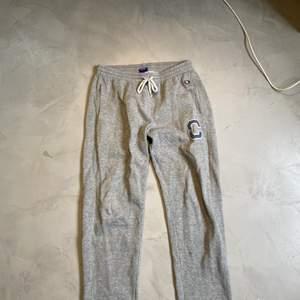 Champion mjukisbyxor och Warp mjukisbyxor. Bra skick, passar upp till 175 cm. Säljer billigt.