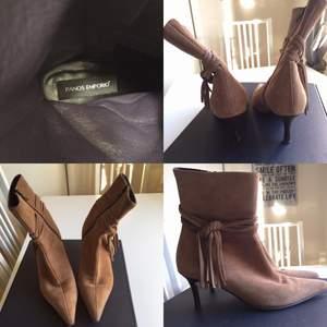 Stövlar i låg klack i storlek 38.. Äkta mocka i brunbeige färg. Inga synliga slitage då snålt använda. Snygga till slitna jeans, klänningar och svarta läderbyxor!