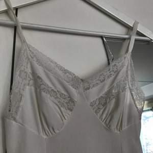 Superfin klänning som jag köpte här på Plick! Säljer då den tyvärr var alltför liten på mig:( kan användas som nattlinne eller underklänning eller bara som vanlig klänning😍