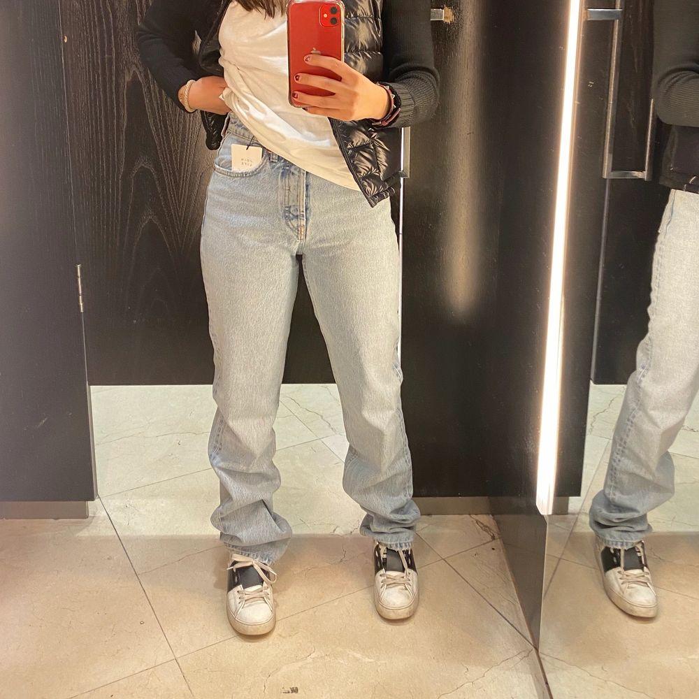 Endast testade med lapp på. Bud från 300kr. Säljer då dom är lite för långa för min smak💞 Köp direkt för 400kr plus frakt. Jeans & Byxor.