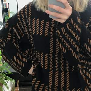 Supercool tröja med oversized passform. Blandat hundtandsmönster och ränder i beige/brunt mot svart. Passar till allt!