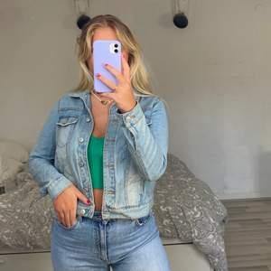 Jeansjacka från mango💗🌸🦋 jackan på bilderna är i storlek M men har samma modell och färg på jackan i S också💜