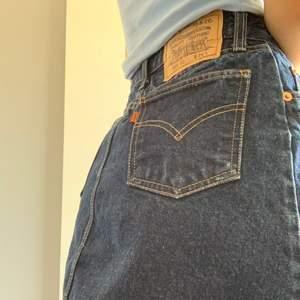 Vintage Levis jeanskjol!!!! Inköpt för 450 men säljes då den aldrig används!!🥰🥰🥰 priset är exklusive frakt!