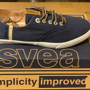 Ett par Svea damskor i storlek 40. Helt nya sneakers som är i mörkblå.