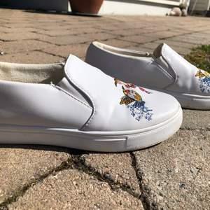 Jättesöta skor som är perfekta till sommaren! Dem är använda en sommar av mig, och inte mer eftersom jag växte ur dem😞 Det sitter nu ett skoskavsplåster i höger sko som är väldigt svårt att få bort. (Se bild 2) Det har även lossnat lite av skinnet på vänster sko(se bild 2) Bara att höra av sig vid ev frågor!💖