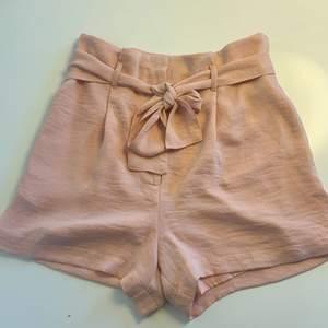 Lösa rosa shorts från bikbok. Super sköna sommar shorts, nästan oanvända