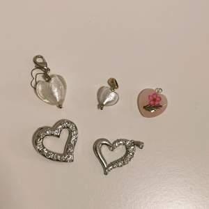 Söta små hjärt-berlocker till smycken! de stora är ca 2,5 cm. Blir billigare om man köper flera 💞 15kr styck eller 50 för alla 🌠
