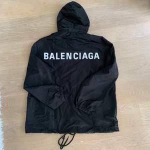 Svart jacka från Balenciaga storlek XS men är oversize. Skickas gärna!