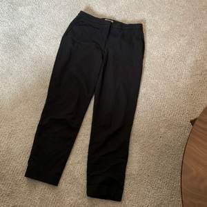 Kostymbyxor från H&M med fickor fram. Avsmalande ben. Frakt tillkommer