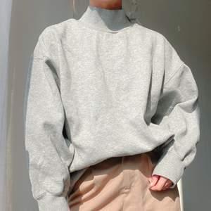säljer en oversized grå sweater!! kommer dessvärre inte till särskilt stor användning 🥺 men supermysig!