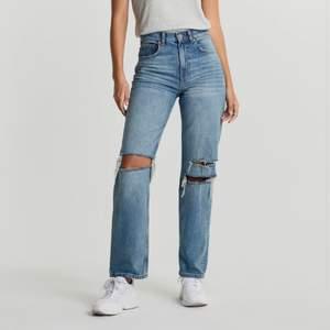 Säljer de slutsålda jeansen från ginatricot, raka med hål i knäna, Skitsnygga men jag har tyvärr tröttnat på dem och använder inte mer . Passar en 34/32. Köpta för 600 🤍💖