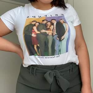 Vit t-shirt från H&M med Friends-motiv. Storlek M. Måttligt använd. Bär vanligtvis storlek M/L på överdelar och är 172 cm lång.