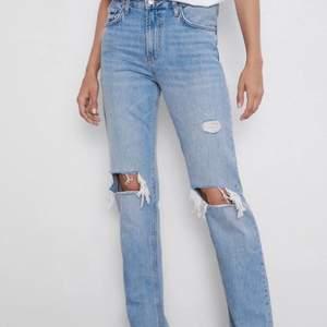 Zara jeans som tyvärr är för små för mig och därav har jag ingen bild på. Jag vet tyvärr inte modell eller något liknande då jag har haft de hemma ett bra tag. Innerbenslängden är ca  83 cm ( då har jag mått från grenen ner till slutet av byxorna).  OBS! JAG ÄR OSÄKER OM DET ÄR EXAT SAMMA SOM FÖRSTA BILDEN, eftersom jag inte beställt de. Men de är väldigt lika.