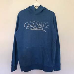 En väldigt mjuk hoodie från Quiksilver. Den är i storlek large och är i blå och grå färg. Tröjan är väldigt bra skick och har inga defekter.