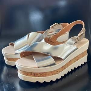 Sommarskor med platå! Silver straps i läder. Köpta i Barcelona🌆