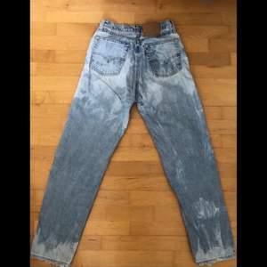 Säljer dessa Levis jeans i straight leg modell som är blekta i ett spräckligt mönster. De är högmidjade och i storlek 29