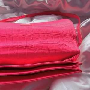 Neon rosa väska från vet ej, den har aldrig användits och är i bra skick. Går även att justera banden.