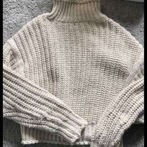 Hjälper min syster sälja kläder hon inte använder! Stickad tröja i storlek XS men passar XS-M beroende på hur man vill att den ska sitta. Köpare står för frakt på 66 kr🤍 Skriv privat för fler bilder!