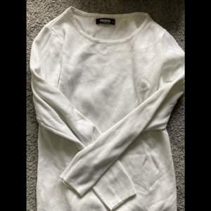Hjälper min syster sälja kläder hon inte använder! Vit tröja från märket colloseum i storlek L. Köpare står för frakt på 45 kr🤍 Skriv privat för fler bilder!
