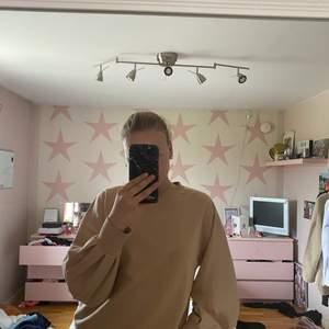 Sweatshirt från lager 157 med hål på ryggen. Liknar lite öppen rygg 💞 tunn o skön med fin färg. Säljer då den inte kommer till användning längre. Aldrig använd 😁