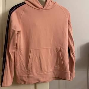 Nu säljer jag min rosa gant hoodie i mycket fint skick! 250 kr + frakt. Skicka till mig om du vill ha fler bilder eller ha frågor osv. Men när jag skulle stryka den så blev det nått vitt streck men inget man direkt lägger märke till. Pris kan diskuteras. Stryks och tvättas innan den skickas.