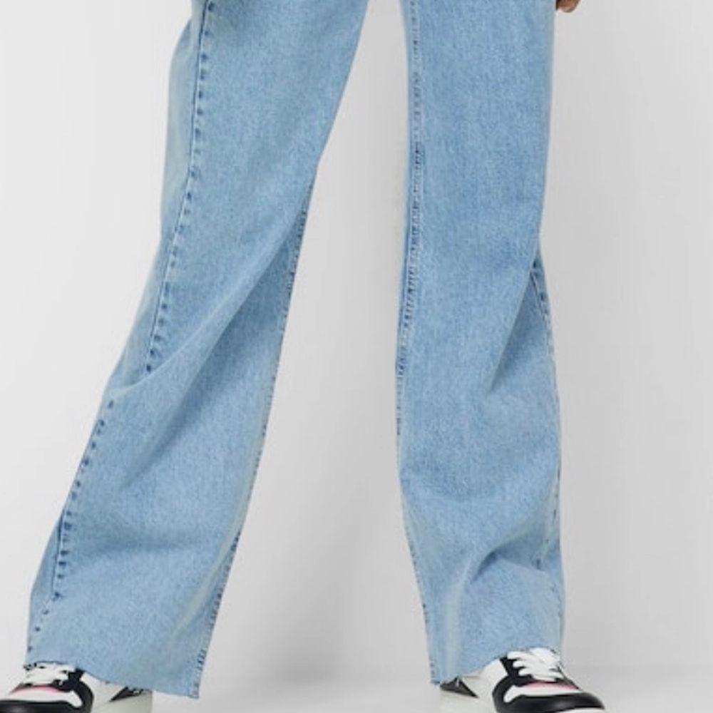 Säljer mina superfina jeans från Stradivarius!! De har inte riktigt kommit till användning då de är för stora för mig :( Skulle ni vila ha mer bilder är det bara att höra av er 😇❤️ De här jeansen är väldigt stora på tiktok och kommer definitivt trenda ännu mer i sommar <3. Jeans & Byxor.
