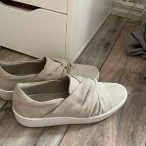 fina skor som passar perfekt till skolavslutning/liknande. Använda på en skolavslutning och en student, alltså nästan oanvända. Kan även passa 38. Men de används tyvärr inte av mig❤️