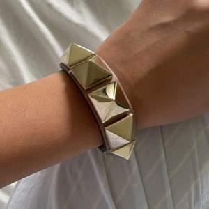 Säljer mitt älskade valentino armband som är limited edition. Inköpt i Milano 2019 men mycket sparsamt använt inte något slitage på det💕
