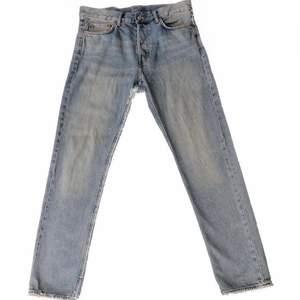 Ljusblåa jeans från weekday i storlek 30x30! Använda men i fint skick. Rak passform!